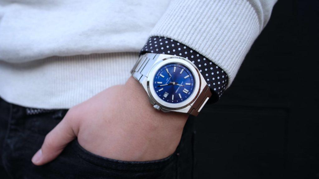 World-Voyager-GMT-Professional-Watch-01.jpg